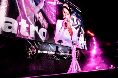 Cecilia Milone en el gran escenario montado en Escobar frente a 75 autos.