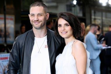 Tom Hardy junto a su pareja, la actriz Charlotte Riley, en la premier del film Swimming with Men, en 2018