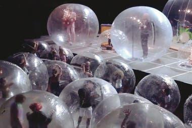 El grupo The Flaming Lips realizó un concierto con puesta en escena de músicos y público encerrados en burbujas