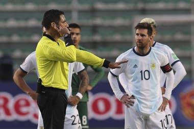 El peruano Haro, ante la mirada de Messi: se tardó mucho en resolver que era lícito el segundo tanto argentino en La Paz ante Bolivia