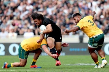 James Slipper (L) y Taniela Tupou (R) de Australia se enfrentan a Caleb Clarke de Nueva Zelanda durante el segundo partido de rugby Union de la Copa Bledisloe entre Nueva Zelanda y Australia en Auckland el 18 de octubre de 2020