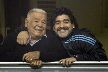 Junto a su padre, Don Diego, en la cancha de Boca, en 2012