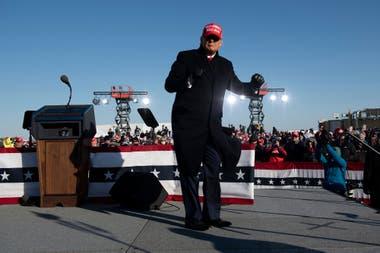 El presidente de Estados Unidos, Donald Trump, baila después de hablar durante un mitin Make America Great Again en el aeropuerto regional de Dubuque el 1 de noviembre de 2020, en Dubuque, Iowa