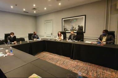 Palazón y Pelegrina, de la Rural, con Kozack, subdirectora del Departamento del Hemisferio Occidental del FMI, Luis Cobeddu, jefe de Misión, y Trevor Aylene, representante en la Argentina