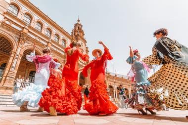Dentro de sus celebraciones, la Feria de Abril es uno de los eventos más coloridos y tradicionales de Sevilla.