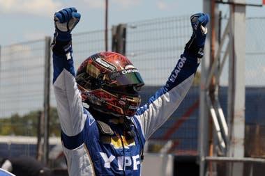 El festejo de Agustín Canapino, tras la victoria en el circuito N°8 del autódromo Oscar y Juan Gálvez, de Buenos Aires; en septiembre de 2020, el arrecifeño ganó en el mismo trazado en la apertura del campeonato de Súper TC2000