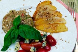 Entrada de cherries con queso azul y quinoa con nueces
