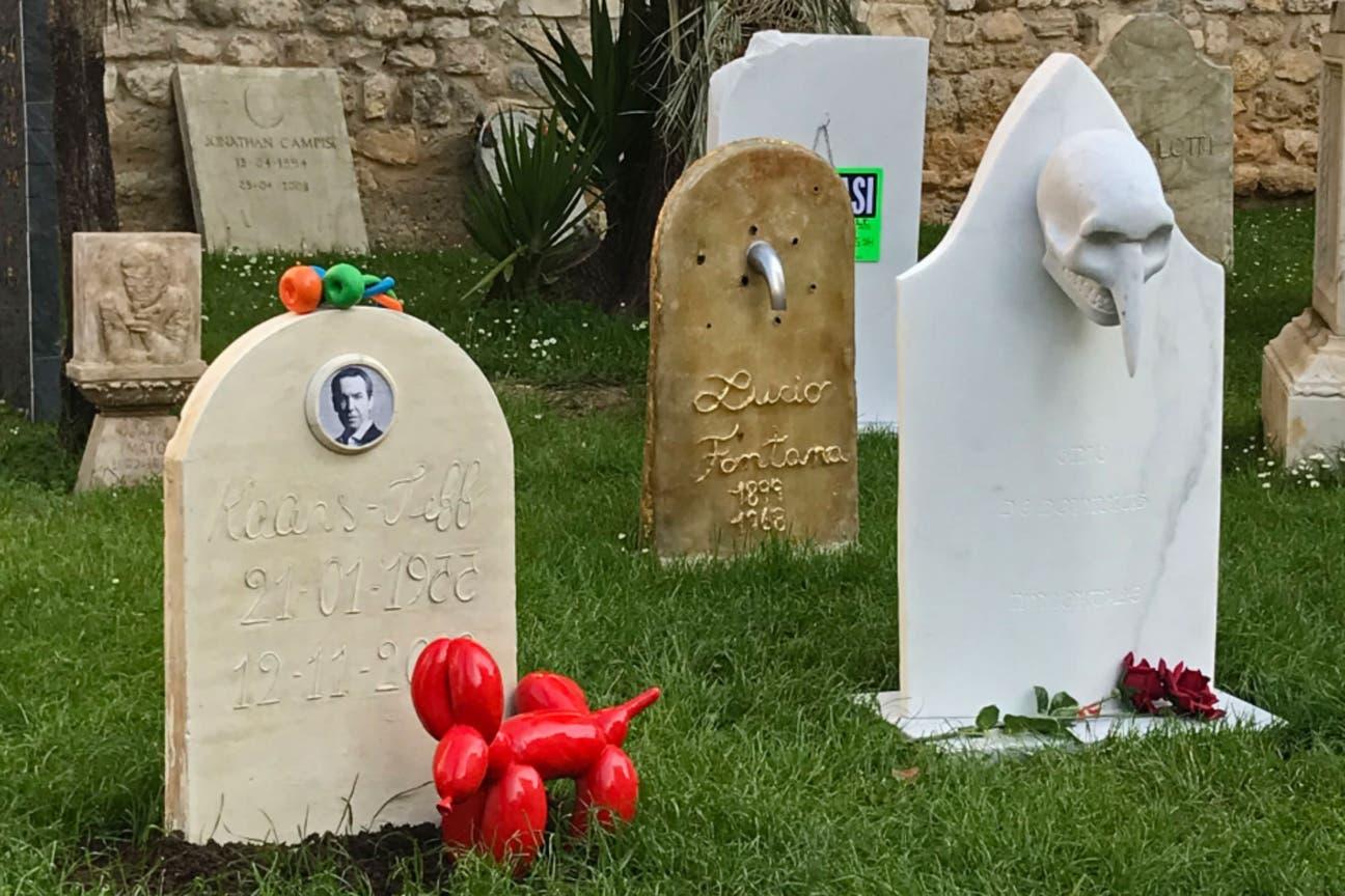 La versión de Eternity en Carrara, con lápidas dedicadas a Jeff Koons y Lucio Fontana