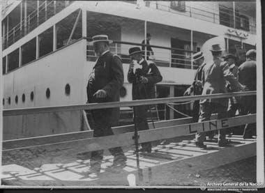 Nicolás Mihanovich siempre cultivó el vínculo con su patria, que era por entonces, el Imperio Austro Húngaro. Aquí, en diciembre de 1911, desemabarca acompañado del nuevo ministro, Barón Otto Hoenning O Carroll.