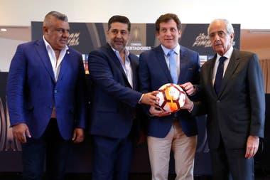 .Alejandro Domínguez vive días atípicos en Buenos Aires por la final de la Copa Libertadores. Aquí, con Tapia, Angelici y D´Onofrio.
