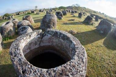 El páramo de las tinajas en Laos. Los arqueólogos creen que estas miles de misteriosas vasijas de piedra con forma tubular se remontan a la Edad del Hierro, cuando se utilizaron en las prácticas funerarias