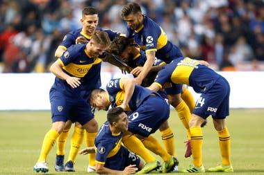 El abrazo de los jugadores de Boca, luego del gol de Reynoso