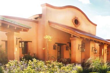 La posada, con cada cuarto ambientado con la estética de una casa de campo, se rige también por ser libre de químicos y está certificada como Hotel Verde. Cuenta con 10 habitaciones y fue construida íntegramente en adobe