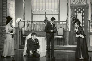 Libertad Lamarque fue quien estrenó Hello, Dolly!, una de las obras de Broadway más exitosas en Buenos Aires (1967-68), aquí junto con Mabel Manzotti, Tincho Zabala y Luis Medina Castro