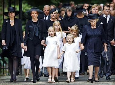 Máxima, Beatriz y Guillermo acompañan a Mabel y sus hijas en el funeral del príncipe Friso.
