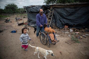 Rebeca tiene tres años y tuvo desnutrición; su abuelo,Germán Juárez, y su hijo Mariano, que tiene discapacidad