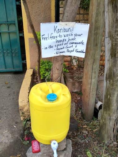 Lavarse las manos en espacios públicos es uno de los hábitos que los keniatas adquirieron a partir del brote de otros virus.