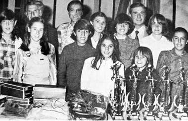 7) Entrega de premios en el Metropolitano SITAS 1981. Posan las campeonas de las distintas categorías, entre ellas Sabatini.
