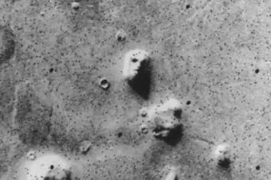 Imágenes tomadas en Marte capturan rostros humanos, objetos y luces cuyo origen es investigado por los expertos