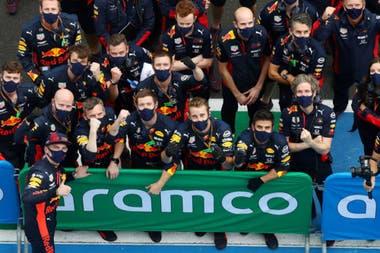 Max Verstappen y el personal de Red Bull Racing celebran el segundo puesto en el Gran Premio de Hungría