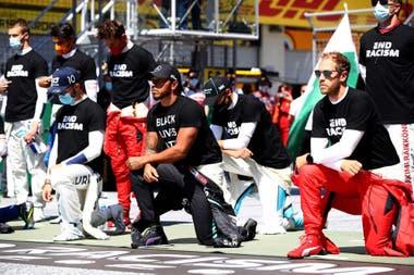Liderados por Lewis Hamilton los pilotos de Fórmula 1 ensayan la formación con la que rechazan el racismo y la violencia contra los ciudadanos afroamericanos
