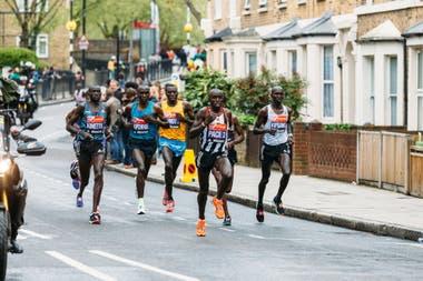 El atleta Eliud Kipchoge y otros participantes de la maratón de Londres deberán llevar un dispositivo que alerta cuando no respetan el distanciamiento social con otros corredores