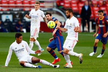 Messi maniobra ante las marcas de Nacho (se fue lesionado) y el francés Raphael Varane. Detrás, observa Pedri.