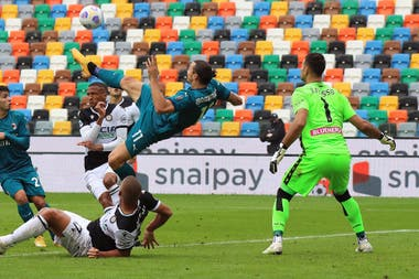 Otra toma del golazo de Zlatan Ibrahimovic para Milan frente a Udinese; el arquero argentino Juan Musso no pudo hacer nada.
