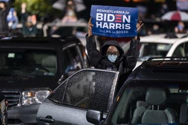 Seguidores del candidato demócrata Joe Biden durante un mitin de campaña en el parque Franklin Delano Roosevelt (FDR) el 1 de noviembre de 2020 en Filadelfia, Pensilvania