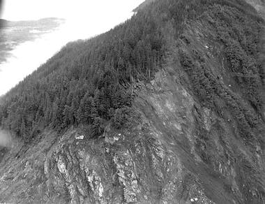 El pedazo de tierra donde impactó la ola. La línea de corte llega hasta los 524 metros de altura (Don Miller/USGS)