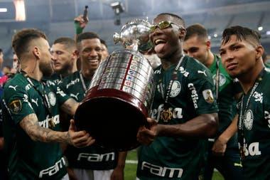 Patrick de Paula levanta el trofeo en la celebración con sus compañeros tras el triunfo de Palmeiras sobre Santos