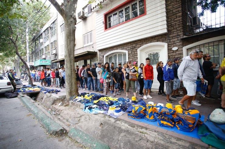 Largas colas de fanáticos xeneizes sobre al calle Pedro Molina, en la capital de Mendoza