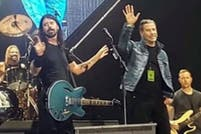 A 40 años de Grease, John Travolta se subió al escenario de Foo Fighters