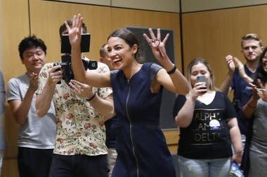 La candidatura a diputada de la latina Alexandria Ocasio-Cortez (foto) es síntoma de cambios dentro de la oposición estadounidense, de cara a los comicios de noviembre