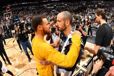 2017, Manu con Stephen Curry de Golden State Warriors