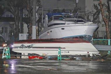 La fuerza del viento y del agua movieron los barcos al medio de la calle