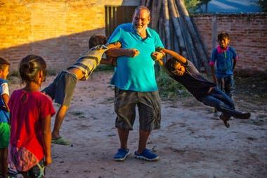 Juani Rosasco juega con un grupo de niños wichis