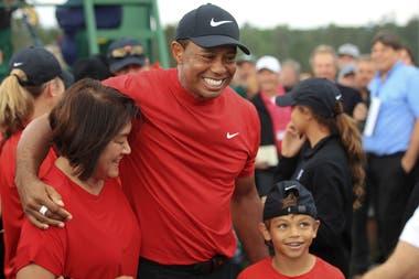 Tiger Woods celebra junto a su hijo Charlie Axel, el triunfo en el Master de Augusta
