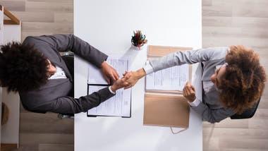 El apretón de manos es importante, así que perfeccionalo antes de tu entrevista.