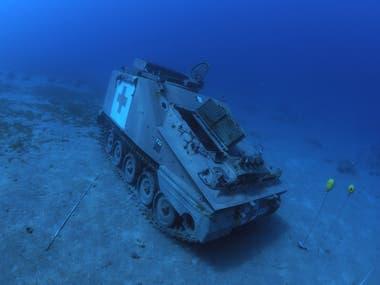 Vehículo blindado de las Fuerzas Armadas de Jordania se encuentra en el lecho marino del Mar Rojo, frente a la costa de la ciudad portuaria sur de Aqaba, como parte de un nuevo museo militar submarino, Jordania