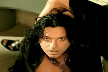 "Michael Hutchence, en el video de ""Elegantly Wasted"""