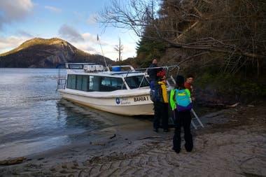 A partir del corte de la ruta 40, por un derrumbe, los turistas llegan desde Bariloche en catamaranes