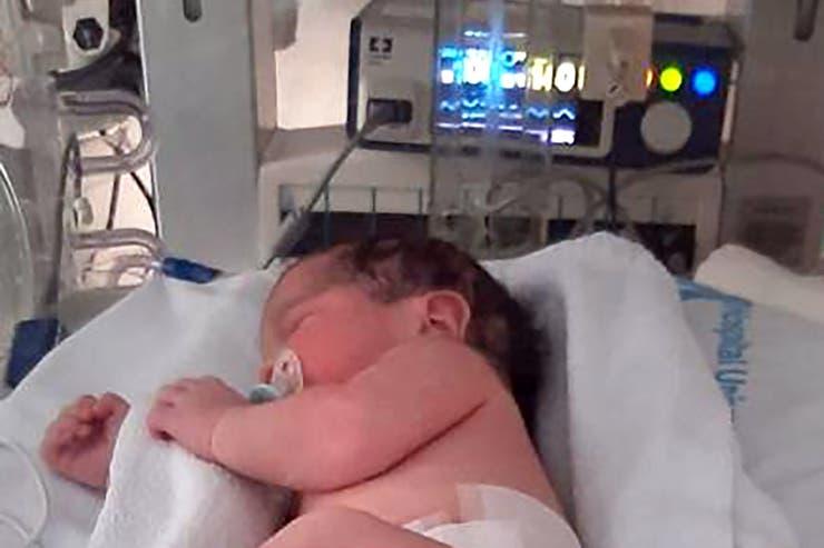 Luego de nacer, colocaron a Oliver en una incubadora para chequear si tenía coronavirus
