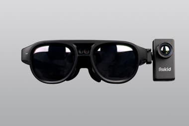La ventaja de los anteojos T1 de Rokid está en la facilidad de uso, ya que no requiere el despliegue de una infraestructura de computadoras, monitores y cámaras que requieren los sistemas actuales utilizados en aeropuertos y espacios públicos