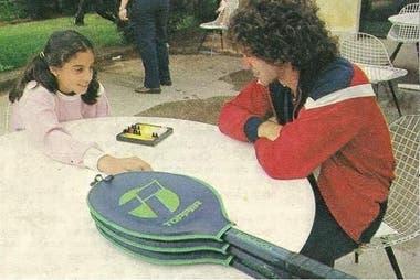 8) Inédita imagen de Gaby, con 13 años, en un momento de calma, jugando al backgammon junto con su formador y entrenador, Palito Fidalgo.