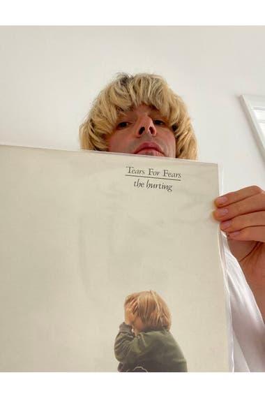 Tim Burgess propone escuchas de discos por Twitter, con comentarios de los músicos implicados; de paso aprovechó la red social para contarle a su hermana que tenía un vinilo de Tears For Fears que le había robado 25 años atrás