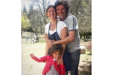 Víctor y Eugenia con Emilia, en los jardines de la hostería.