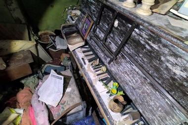 Abandonado, el piano de la casa descubierta por Richard Walden