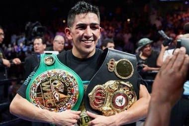 El mexicano Leo Santa Cruz, monarca liviano junior de la Organización Mundial de Boxeo.