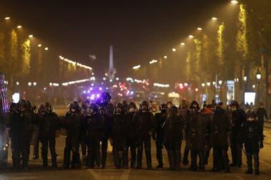 La policía de París controló los disturbios en Champs Elysées tras la caída de PSG, el 23 de agosto pasado